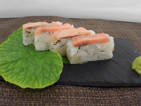 駅弁気分で桜色サーモン棒寿司 本酢 〆と生酢〆の2本セット食べてみませんか