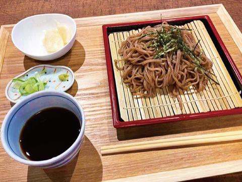 【大容量!!8食入り!!】青森県産生黒にんにく×中華めん!?(一食120g)