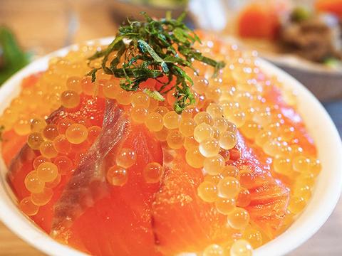 食卓を彩る!白山堂の渓流いろどり丼セット(焼岩魚だし醤油付き)/ニジマス・イワナ・川魚